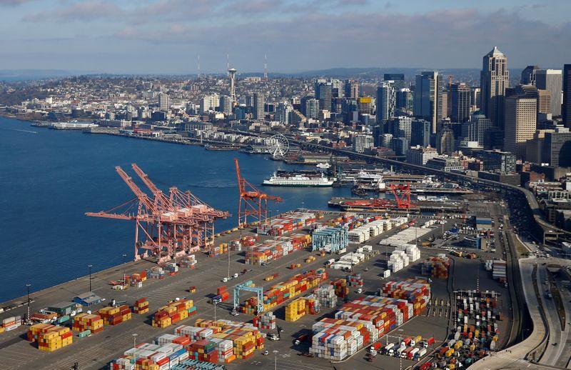© Reuters. Una fotografía aérea que mira hacia el norte muestra contenedores de envío en el puerto de Seattle y en la costa de Elliott Bay en Seattle
