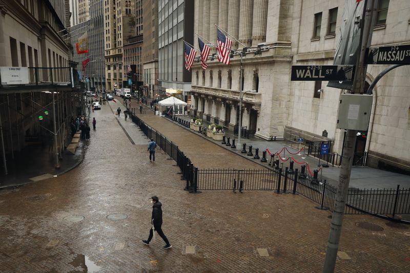 Коронавирус вызовет глобальную рецессию, рост дефолтов -- S&P Global
