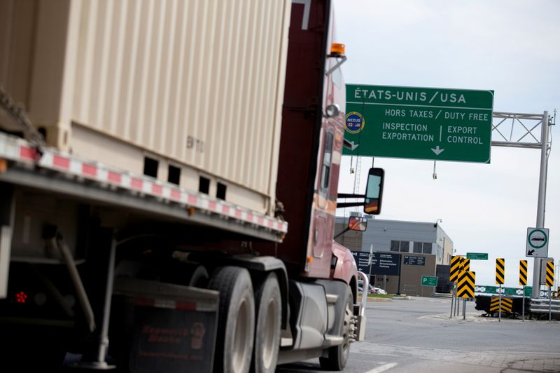 © Reuters. FILE PHOTO: A truck heads towards the United States at the Lacolle border crossing in Lacolle, Quebec, Canada