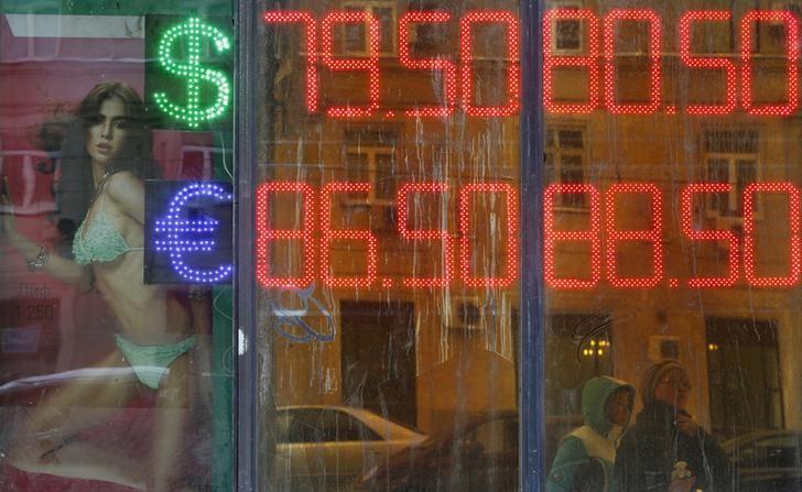 Рубль пережил сильнейшее внутридневное падение с дек 14г на фоне обвала нефти и спроса на доллар