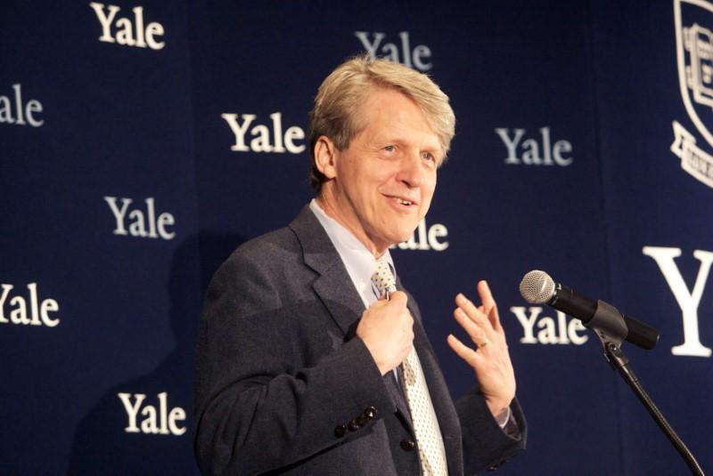 © Reuters. FOTO DE ARCHIVO: Robert Shiller, uno de los tres científicos estadounidenses que ganó el premio Nobel de economía 2013, asiste a una conferencia de prensa en New Haven