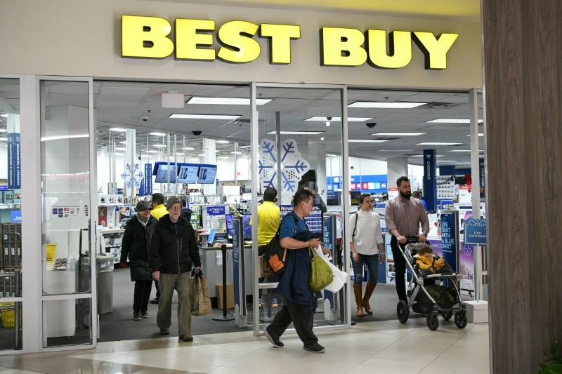 © Reuters. Holiday shoppers leave a Best Buy store at the Pentagon Centre shopping mall in Arlington