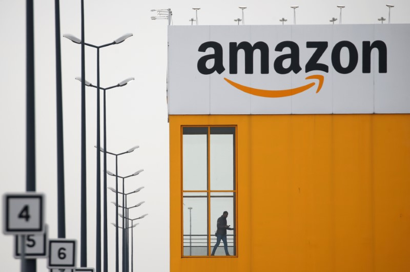 © Reuters. El logotipo de Amazon se ve en el centro logístico de la compañía en Lauwin-Planque
