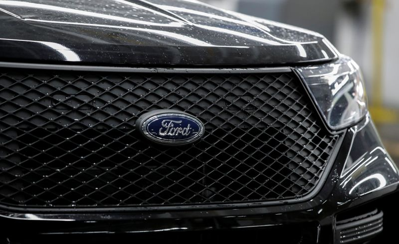 © Reuters. The logo of Ford is seen on a 2020 Ford Explorer car at Ford's Chicago Assembly Plant in Chicago