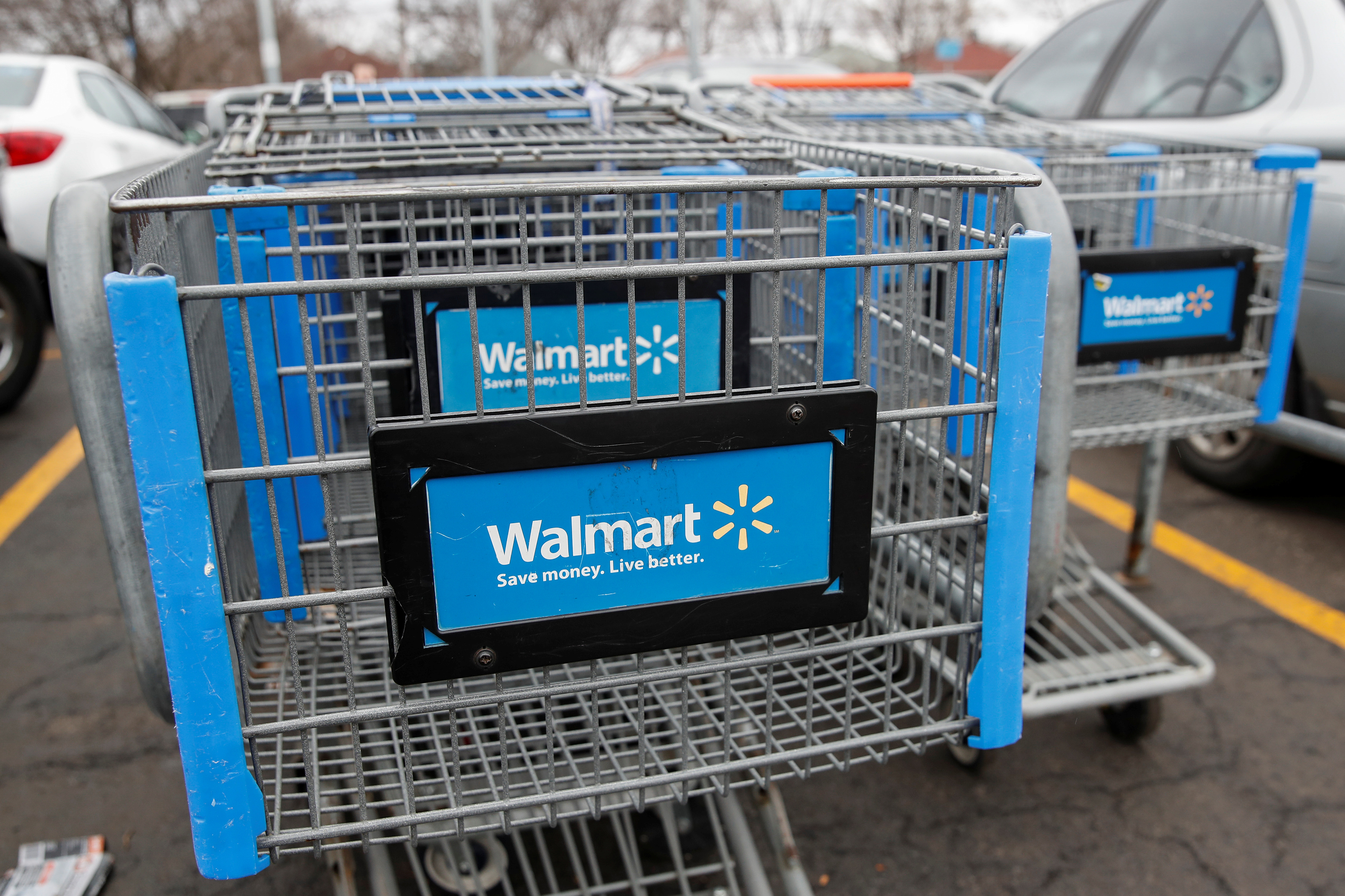 © Reuters. Walmart shopping carts are seen on the parking lot ahead of the Thanksgiving holiday in Chicago