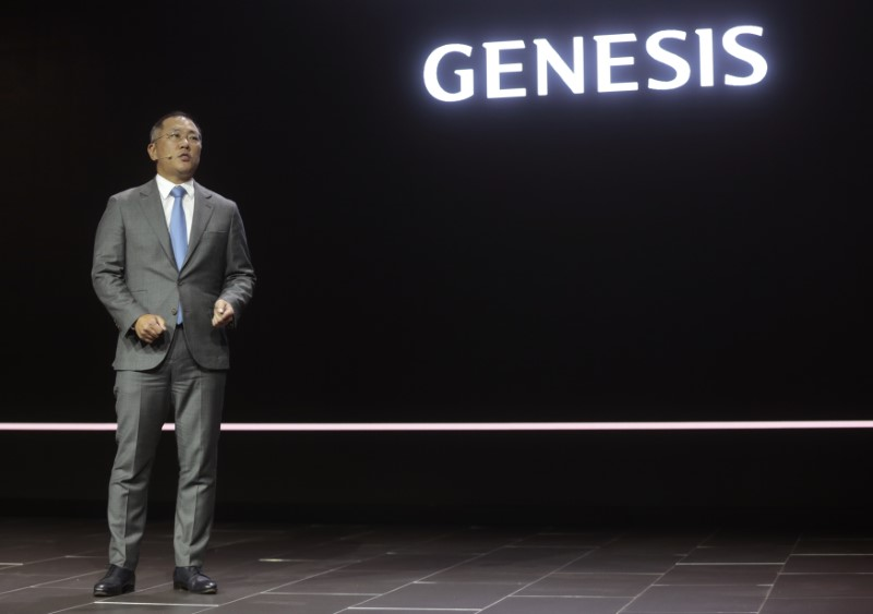 © Reuters. Euisun Chung, Vice Chairman of Hyundai, speaks at the introduction of the 2017 Hyundai Genesis G90 at the North American International Auto Show in Detroit,