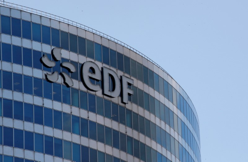 © Reuters. A logo of French electric company EDF is seen at an office building in La Defense business district in Courbevoie near Paris