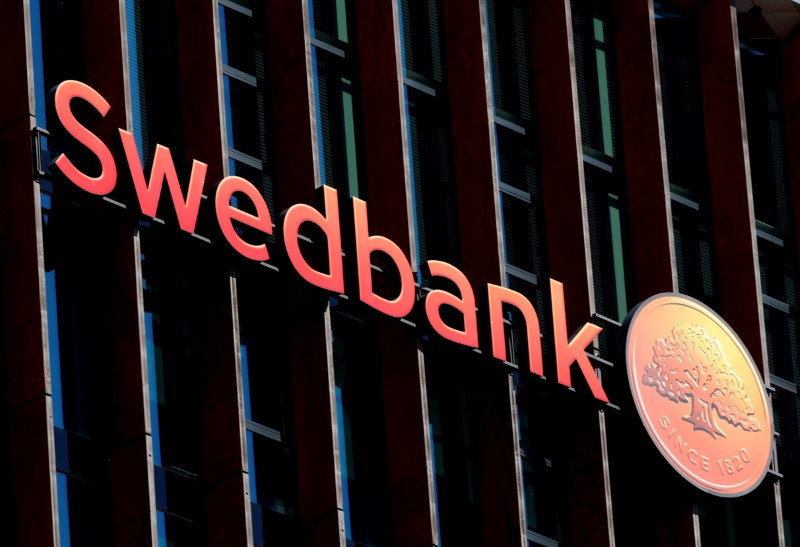 © Reuters. FILE PHOTO: A Swedbank sign on the Swedish bank's Lithuanian headquarters in Vilnius