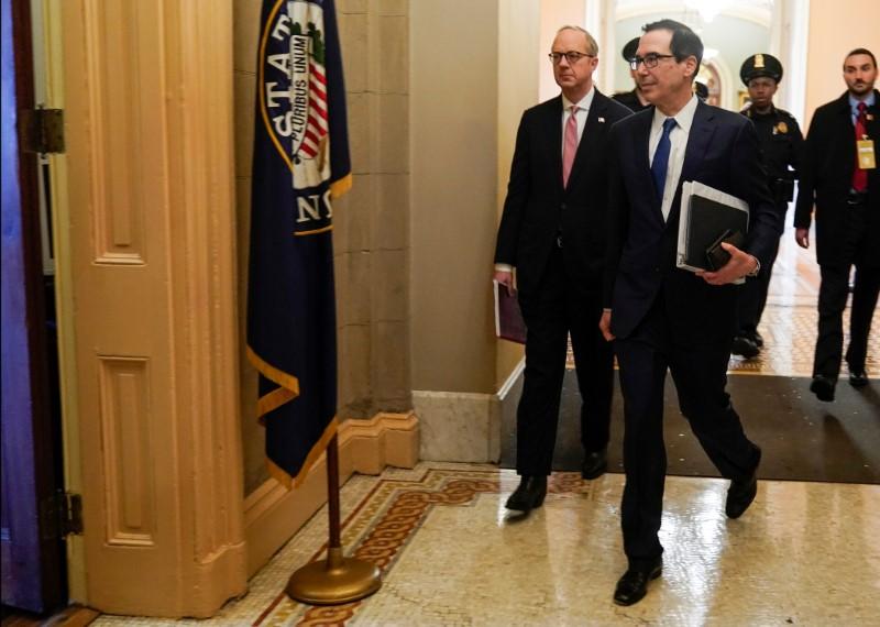 © Reuters. U.S. Secretary of the Treasury Mnuchin walks to meeting for a coronavirus relief package in Washington