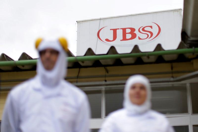 © Reuters. Funcionários da JBS em unidade da empresa em Lapa (PR)