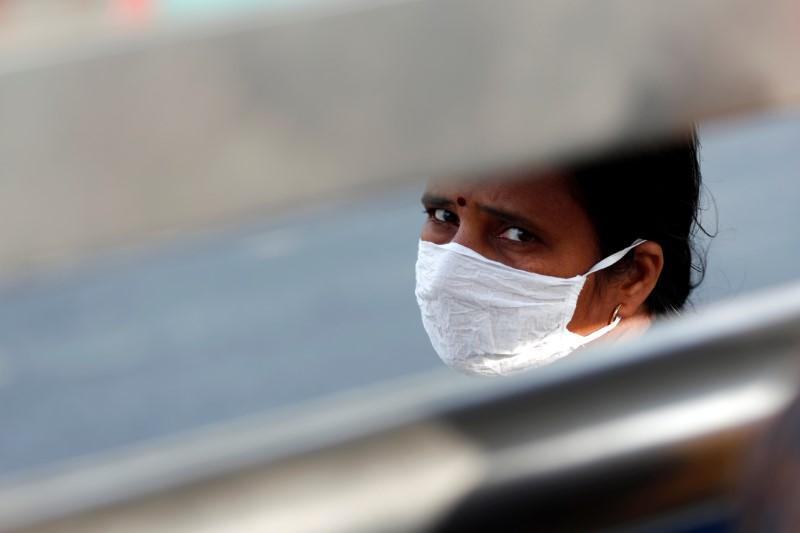 © Reuters. زيادة حالات الإصابة بكورونا في الهند برغم الحجر الصحي