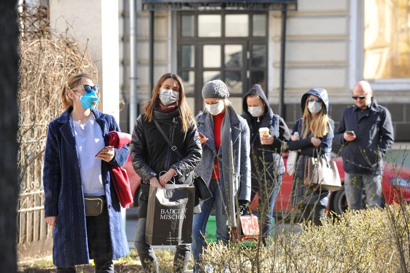 © Reuters. People queue before undergoing medical tests for coronavirus disease at a laboratory in Moscow