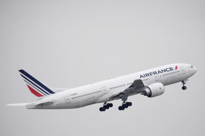 © Reuters. FILE PHOTO: An Air France Boeing 777 aircraft takes off at Paris Charles de Gaulle airport, following the coronavirus disease (COVID-19) outbreak, in Roissy-en-France