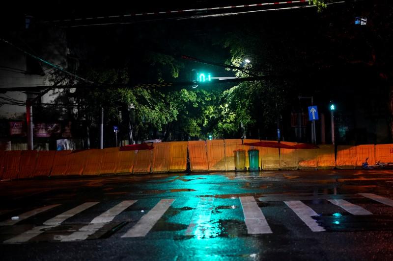 © Reuters. A street blocked by barricades is seen in Wuhan