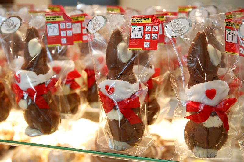 © Reuters. FILE PHOTO: Chocolate Easter bunnies wearing protective masks are seen at Baeckerei Bohnenblust bakery in Bern
