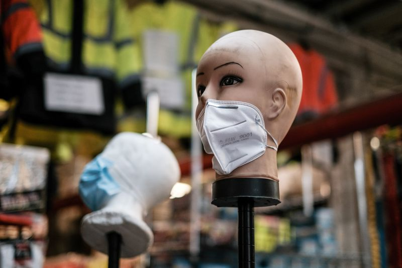 © Reuters. FILE PHOTO: A mannequin displays disposable face masks at a safety equipment store in the Brooklyn borough of New York City, U.S.
