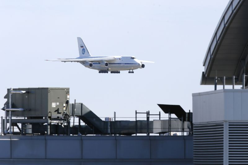 © Reuters. FILE PHOTO: Russian military transport plane carrying medical equipment masks and supplies lands at JFK Airport during outbreak of the coronavirus disease (COVID-19) in New York