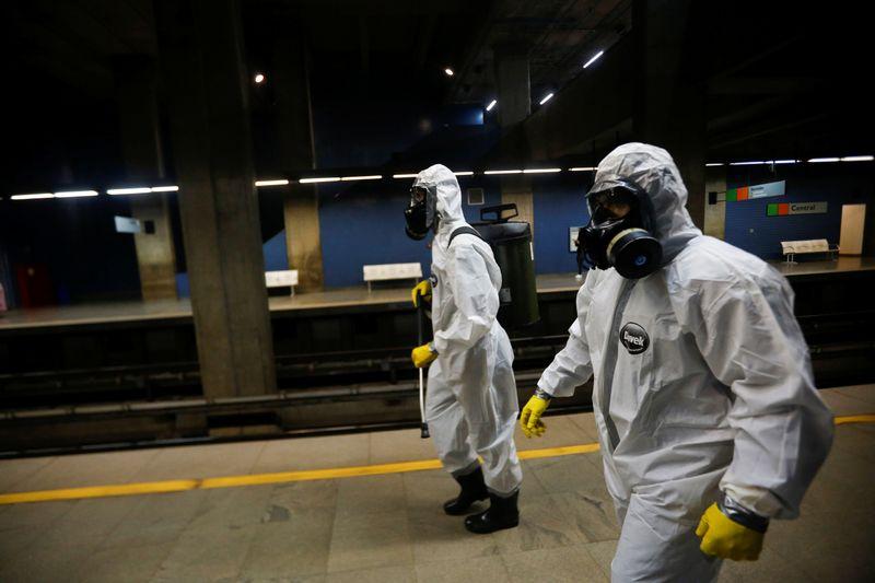 © Reuters. Militares das Forças Armadas desinfetam estação de metrô em Brasília em meio à pandemia do coronavírus