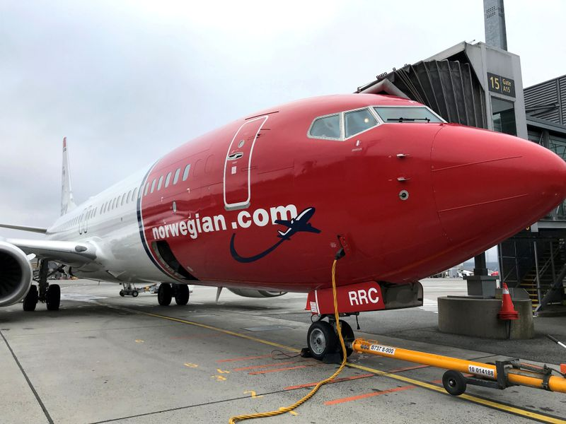 © Reuters. FILE PHOTO: A Norwegian Air plane refuels at Oslo Gardermoen airport