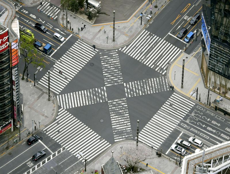 © Reuters. FILE PHOTO:  An aerial view shows less than usual passersby seen at a pedestrian crossing at Ginza district in Tokyo
