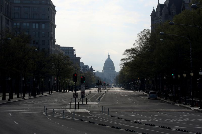 © Reuters. The downtown district of Washington, looking east to the U.S. Capitol, remains largely empty to try to limit the spread of COVID-19 during the coronavirus disease pandemic in Washington