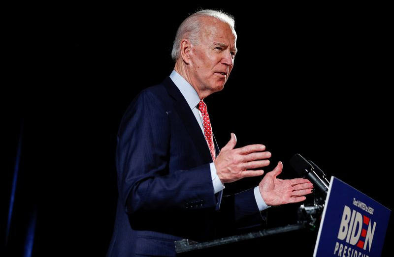 © Reuters. FILE PHOTO: Democratic U.S. presidential candidate Joe Biden speaks about coronavirus pandemic at event in Wilmington