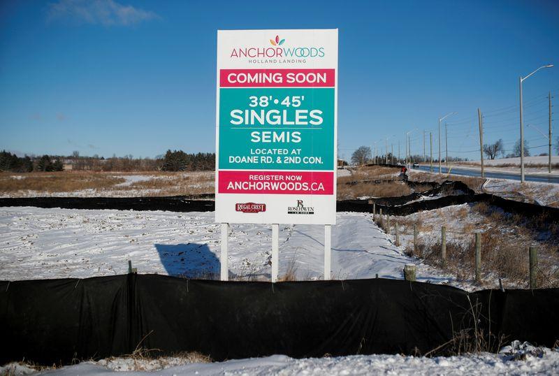 © Reuters. Znak reklamy, sprzedaży nowych domów stoi pusta działka w East Гвайллимбери
