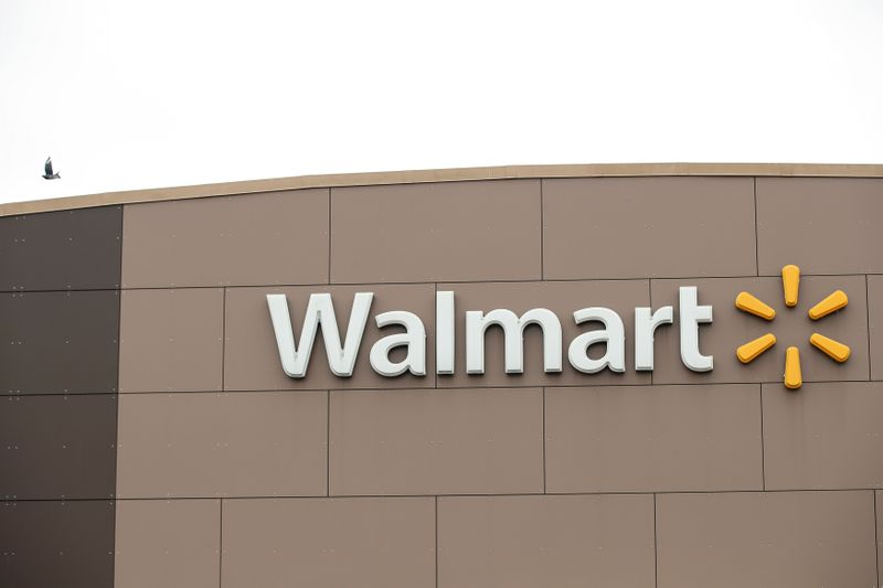 © Reuters. Walmart's logo is seen outside one of the stores in Chicago