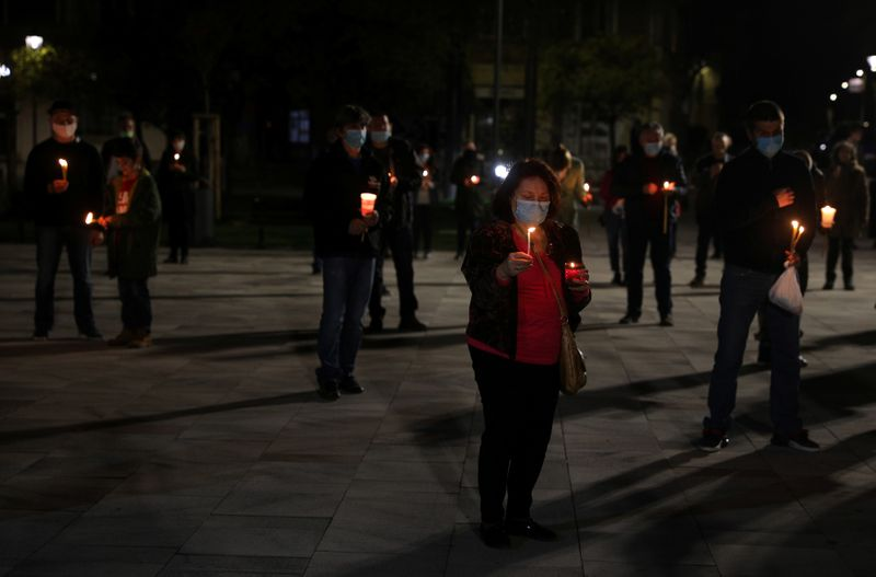 © Reuters. People attend Orthodox Easter service outside Sveti Sedmochislenitsi church in Sofia