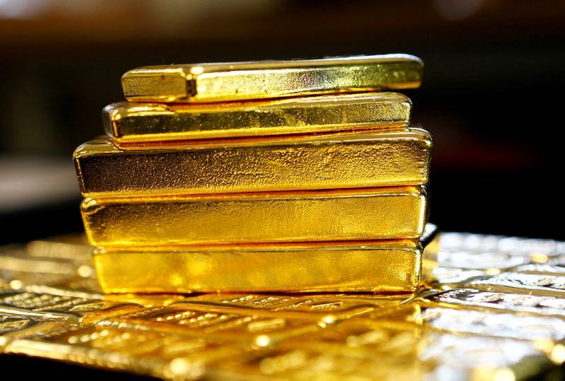 © Reuters. Слитки золота на заводе 'Oegussa' в Вене