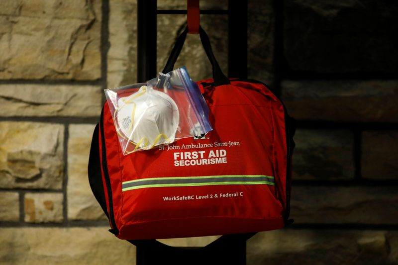 © Reuters. A N95 face mask attached to a first aid kit is seen near the House of Commons on Parliament Hill in Ottawa