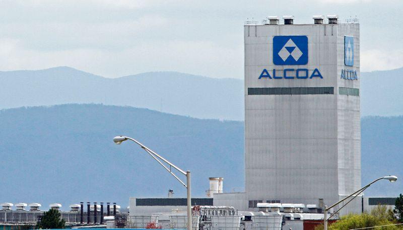 © Reuters. FILE PHOTO: Alcoa aluminum plant in Alcoa, Tennessee