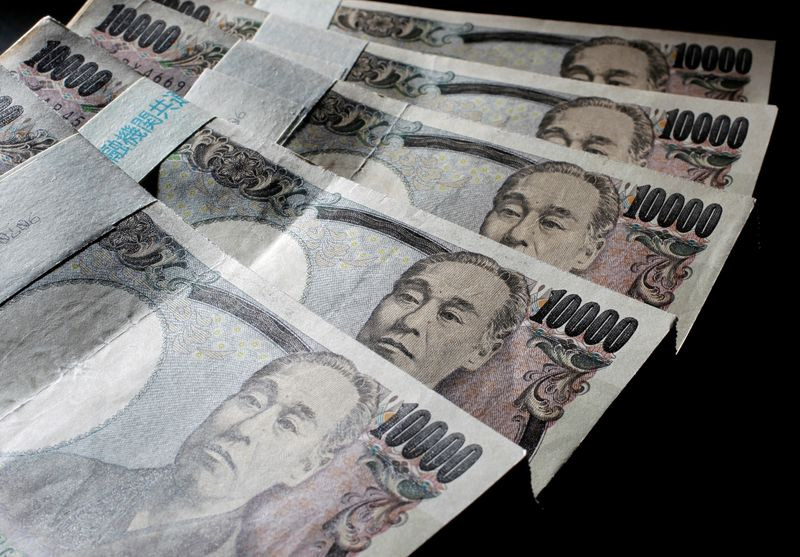 © Reuters. Hình ảnh minh họa cho thấy tiền giấy 10.000 yên của Nhật Bản trải rộng tại một văn phòng của World Money Shop ở Tokyo