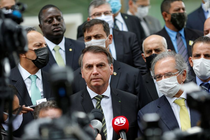 © Reuters. Brazil's President Jair Bolsonaro speaks with journalists after a meeting with President of Brazil's Supreme Federal Court Dias Toffoli, amid the coronavirus disease (COVID-19) outbreak, at the Supreme Federal Court in Brasilia