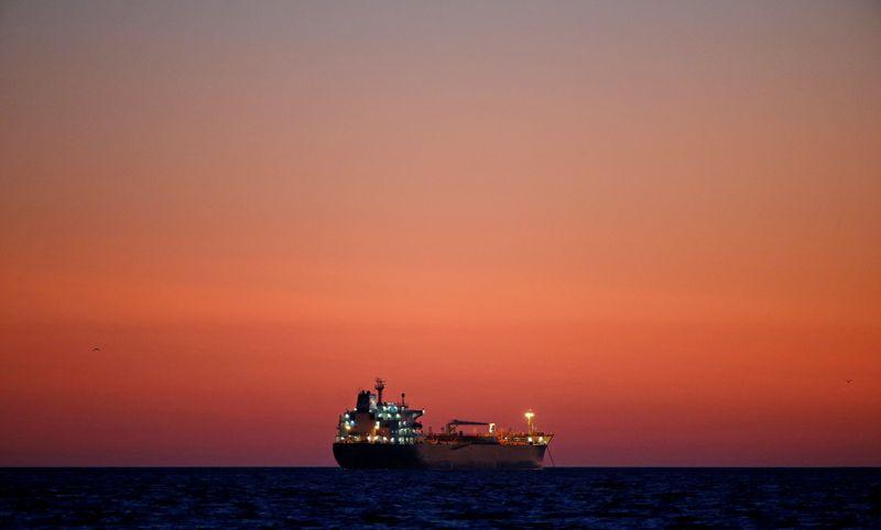 Нефть растет на фоне сокращения запасов в США, но беспокойство о спросе сохраняется