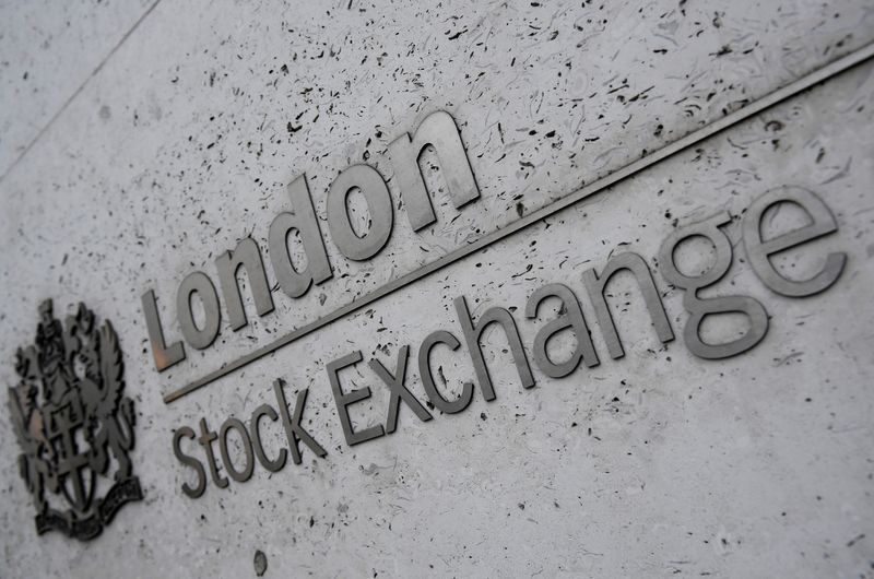 © Reuters. FILE PHOTO: The London Stock Exchange offices in the City of London, Britain