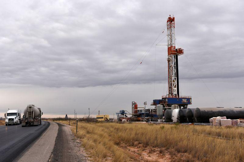 Нефть растет за счет признаков укрепления спроса, снижения запасов в США