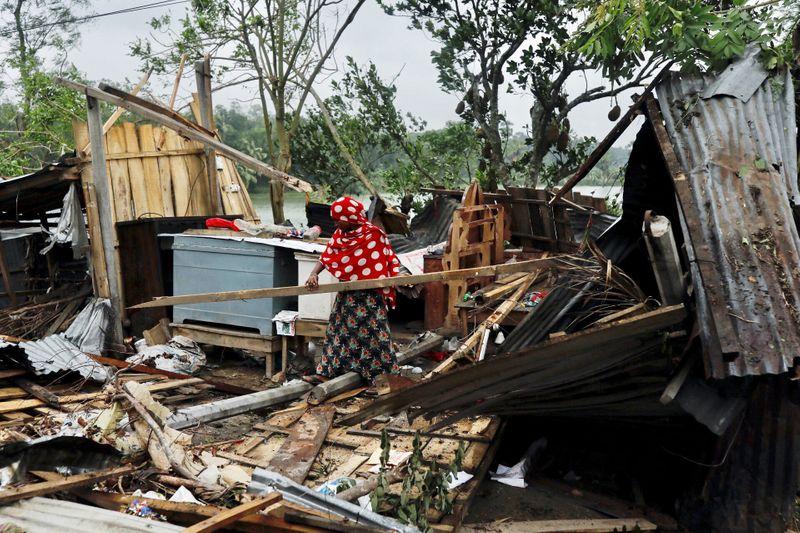 © Reuters. Moradora de Bangladesh recolhe seus pertences após ter casa destruída por ciclone Amphan