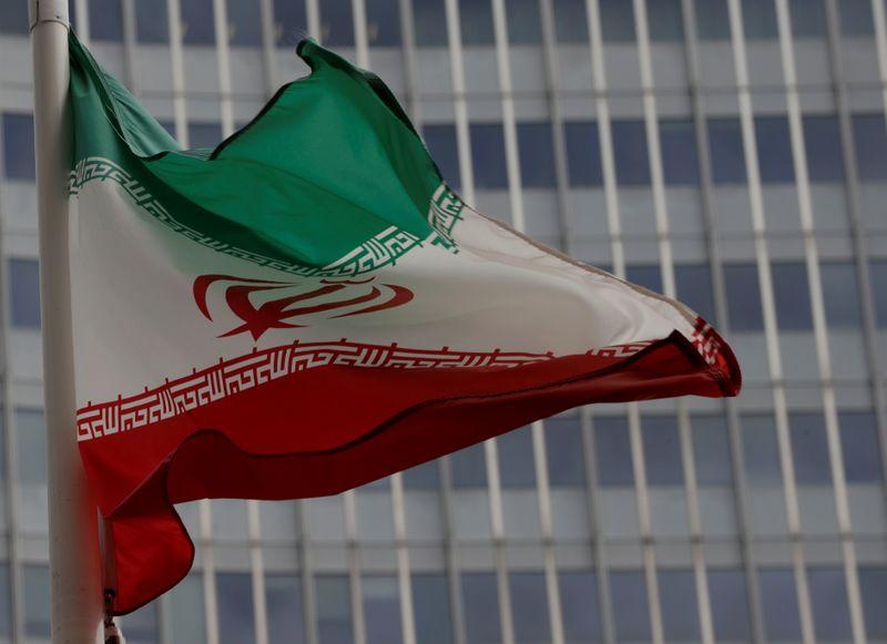 © Reuters. Bandeira do Irã no edifício da AIEA, em Brasília