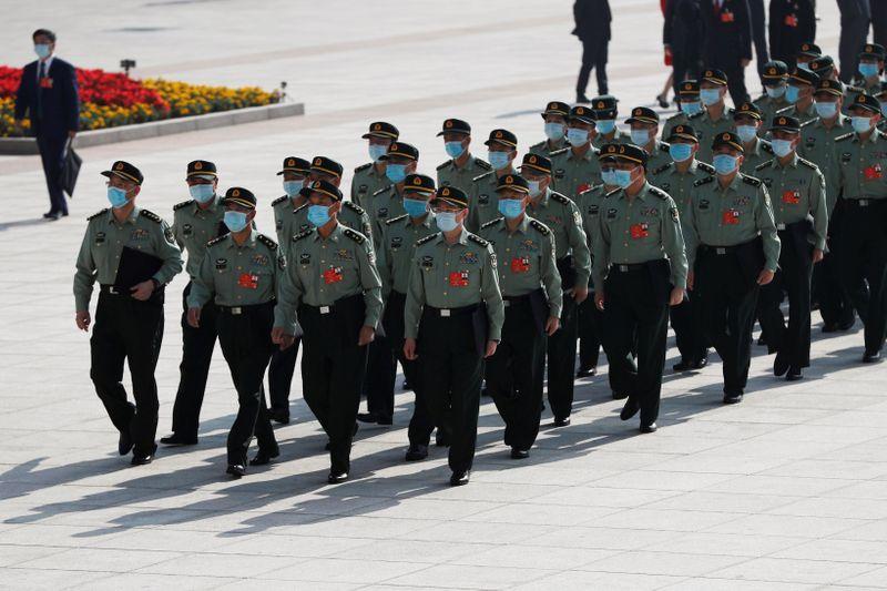 © Reuters. Delegados militares com máscaras de proteção chegam para reunião do Congresso do Povo Chinês em Pequim