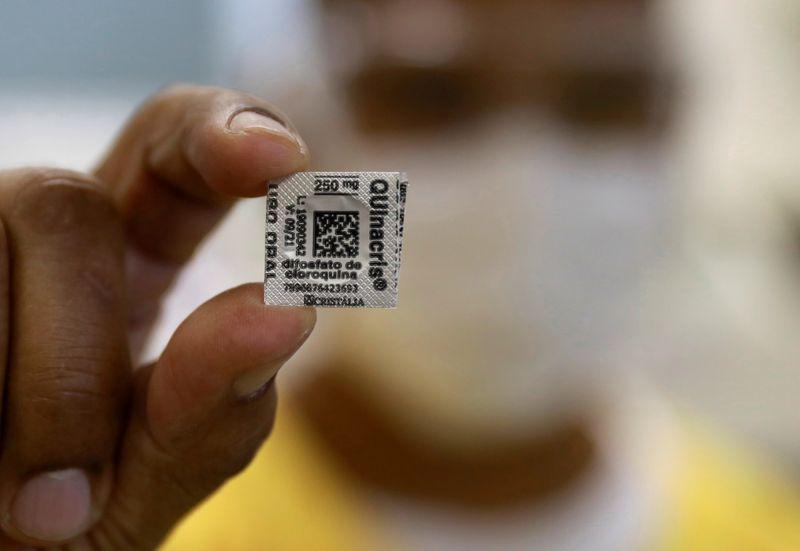 © Reuters. Enfermeira mostra pílula de hidroxicloroquina em Porto Alegre