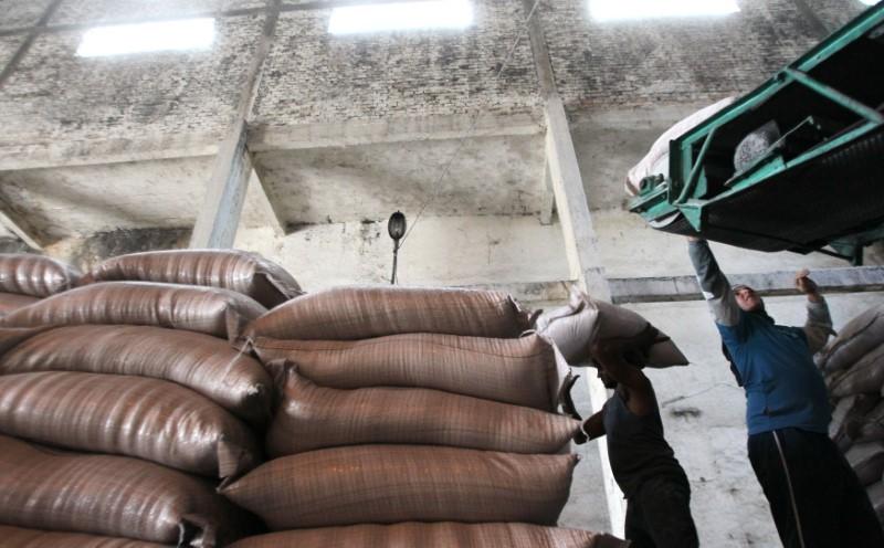 © Reuters. Sacas de açúcar em unidade de processamento em Campos dos Goytacazes (RJ)