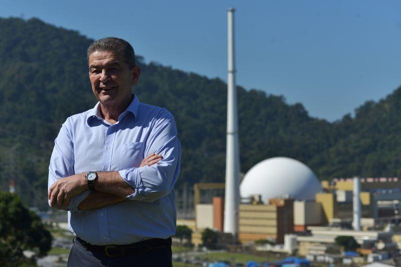 © Reuters. Leonam Guimarães, presidente da Eletronuclear, posa para foto em frente ao complexo de Angra dos Reis (RJ)