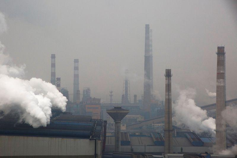 © Reuters. Área industrial com ar poluído em Anyang, China