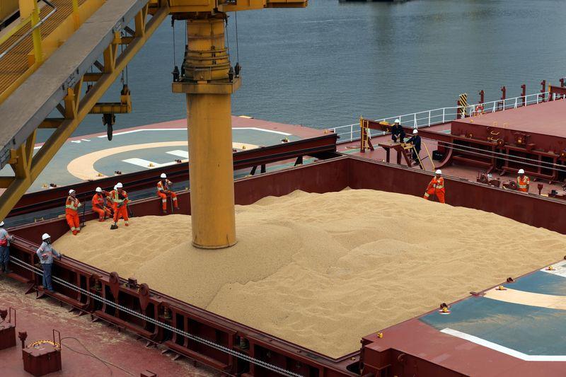 © Reuters. Navio carregado com soja para exportação no Porto de Santos (SP)