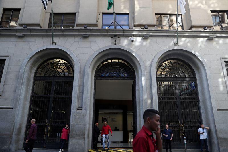 © Reuters. People walk past Brazil's B3 Stock Exchange building in downtown Sao Paulo