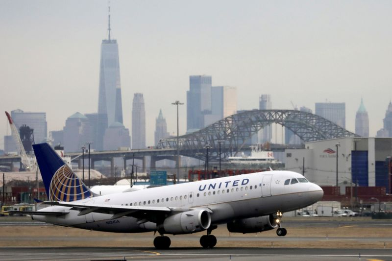 © Reuters. FILE PHOTO: A United Airlines passenger jet takes off with New York City as a backdrop