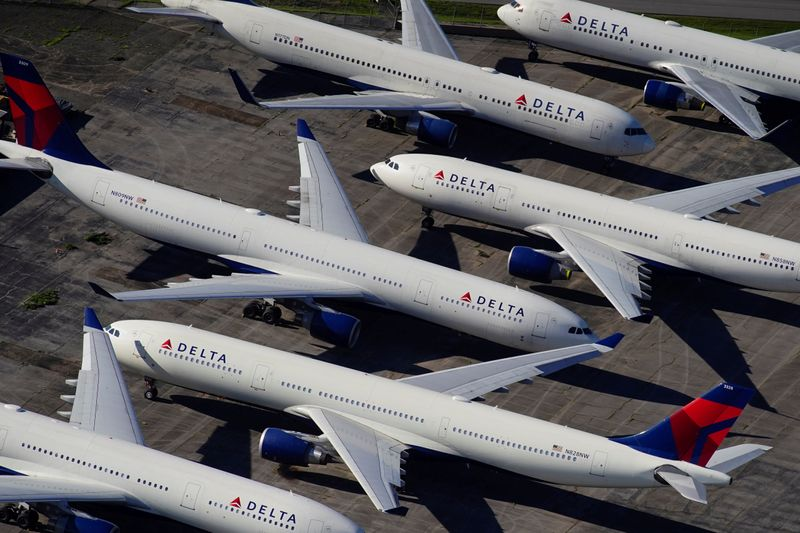 © Reuters. FILE PHOTO: Delta Air Lines passenger planes parked in Birmingham