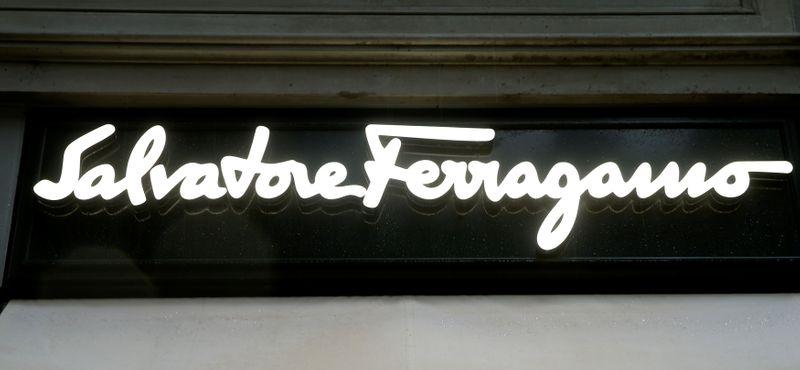 © Reuters. Il logo di Salvatore Ferragamo presso una fililale a Zurigo
