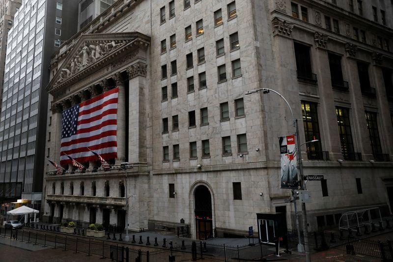 Wall St tem alta com esperanças econômicas; ações de bancos saltam